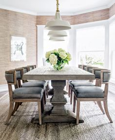 A vacation home with beachy character befitting the best of the Hamptons—This Hamptons, N., abode is the perfect stylish summer retreat for a young family to make many lasting memories Dining Room Table Decor, Elegant Dining Room, Dining Room Design, Dining Room Furniture, Dining Chairs, Style At Home, Die Hamptons, Dining Room Inspiration, Home Fashion