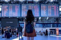 Eine Reisende steht vor einer Abflugtafel im Flughafen. Bildquelle: Pixabay