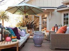 Arredare il patio - Vasi e ombrellone nel patio