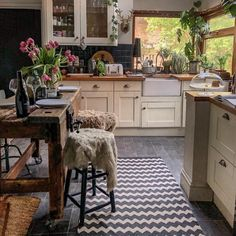 Boho Kitchen Decor Ideas for House or Apartment Home Decor Kitchen, Kitchen Interior, Home Interior Design, Home Kitchens, Boho Kitchen, Kitchen Plants, Kitchen Wood, Design Kitchen, Kitchen Island