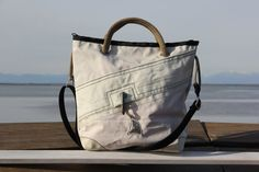 Borsa in vela riciclata con moschettone originale e angoli in pelle    #handmade #bag #borsa #sailbag #borsavela #unique #artigianale #madeinitaly #bolina #sail #vela #lignano #recycled #riciclo #dacronbag #classic #classicline #moschettone