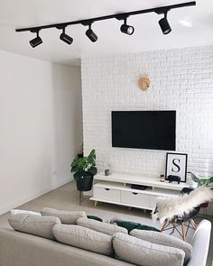 Are you looking to brighten up a dull room and searching for interior design tips? One great way to help you liven up a room is by painting and giving it a whole new look. Living Room Tv, Small Living Rooms, Home And Living, Living Room Designs, Room Interior, Interior Design, Sweet Home, House Design, Home Decor