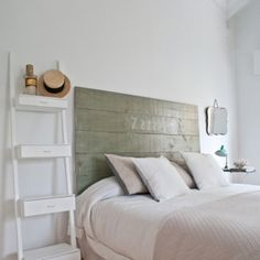 idea estantería como mesita de noche cabeceros-madera-estilo-escandinavo13
