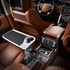 Los asientos de piel de una Range Rover, se adaptan a tu anatomía.