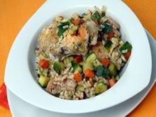 Bereiding Bak in een brede lage kookpan de ui 5 min in olijfolie. Doe de rijst + schijfjes courgette + blokjes rode paprika + knoflook en peper bij de gebakken ajuin, roerbak 3 min, overgiet met 750 ml kokend water + verkruimeld groentebouillonblokje. Zet een deksel op de pan en laat op een zacht vuurtje de risotto in 20 min gaarkoken. Roer de parmezaan door de risotto.