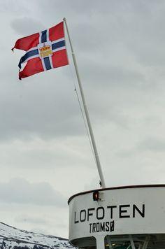 """Tradisjonen tro seiler MS Lofoten med postflagget selv om hurtigrutene ikke lenger er """"postskip"""". foto: TGJ"""