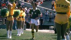 Franz Beckenbauer with cheerleaders; USA NASL NYCosmos