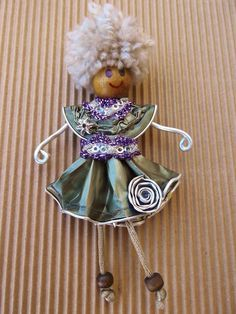 Upcycled Nespresso Cups Made Into Jewelry Recycled Crafts, Diy And Crafts, Arts And Crafts, Aluminum Can Crafts, Christmas Ornaments To Make, Jewelry Making Tutorials, Doll Crafts, Miniature Dolls, Diy Jewelry