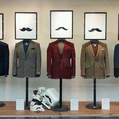 Nuk di se ku dhe cili eshte butiku, por puna qe kane bere me vitrinen duket shume e qelluar, meqe behet fjale per veshje burrash. #visual merchandising #vm