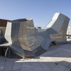 """Le 14 septembre 2013 ouvrira le FRAC Centre. un ancien bâtiment militaire réhabilité par les architectes Jakob + MacFarlane dans un projet baptisé """"Les Turbulences"""", une extension graphique et créative. Cette nouvelle structure tubulaire préfabriquée, recouverte d'une enveloppe d'aluminium anodisé souligne l'ambition du lieu, diffuser l'art et l'architecture au plus grand nombre."""