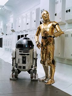 Star Wars: Episode IV - A New Hope has a silver leg. Droides Star Wars, Star Wars Love, Star Wars Droids, Star War 3, Star Wars Pictures, Star Wars Images, C3po And R2d2, Cuadros Star Wars, Anniversaire Star Wars