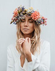 Midsummer flower crowns - inspiration w 2019 венки i цветы. Hippie Flowers, Flowers In Hair, Flower Crown Wedding, Wedding Flowers, Flower Crowns, Casco Floral, Boho Wedding, Dream Wedding, Corona Floral