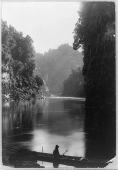 Man in boat in George Grantham Bain Collection .Canoes--New Zealand--Wanganui River ID# 96512092 Picture Qua The Beautiful Country, Beautiful Places, Black White Photos, Black And White, Victorian Photos, My Land, World Traveler, New Zealand, Places To Visit