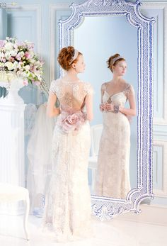 Wedding Dresses with Stunning Statement Backs.  un muy lindo detalle floral en el vestido e impresionante arreglo en el fondo de la foto.