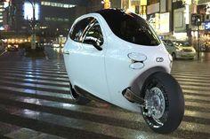 Der Elektroroller des kalifornischen Herstellers Lit Motor ist eine Art Kabinenroller für zwei Personen, die hintereinander Platz finden. (Quelle: Hersteller)