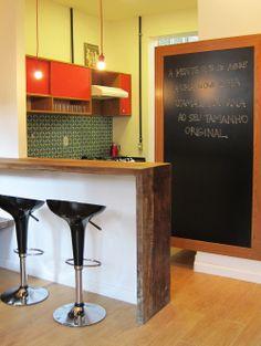 Uma casa de vila retrô. Veja: http://casadevalentina.com.br/projetos/detalhes/casa-de-vila-com-perfume-retro-566 #decor #decoracao #interior #design #casa #home #house #idea #ideia #detalhes #details #style #estilo #casadevalentina #kitchen #cozinha
