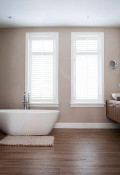 Sfeer aanbrengen in je huis? Dat doe je met de juiste raamdecoratie. Deze schitterende badkamer is voorzien van shutters van Zonnelux, mogelijk gemaakt door interieuradvies van Daris Wonen & Slapen.