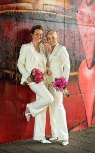 Bruidspakken gemaakt voor Jaqueline en Debbie. Gemaakt van wolwit met bijpassend gilet. Door eigen pasvorm en verschil in model zijn pakken verschillend in uiterlijk