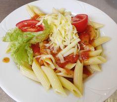 Denné menu Vranov | Penne v paradajkovej omáčke preliate bazalkovým pestom, posypané syrom #DenneMenu #Restauracia #Cestoviny #Bazalka #Syr #Penne