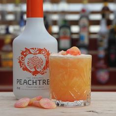 Peachy Drink (Pinchos): 5 cl Persikolikör, 6 cl Apelsinjuice, 2 cl Citronjuice, 2 cl Sockerlag, 1 cl Grenadin, Persikogodis