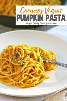 This Vegan Pumpkin Pasta Is The Perfect Comfort Food Dinner. The Sauce Highlights Pumpkin While Being Rich And Creamy Without The Dairy. This Pasta Is So Easy To Make And A Great Way To Get Dinner On The Table Fast. Via Vnutritionist Fast Dinner Recipes, Whole Food Recipes, Pumpkin Pasta Sauce, Pumpkin Noodles, Fettucine Alfredo, Vegetarian Recipes, Healthy Recipes, Vegetarian Lunch, Healthy Snacks
