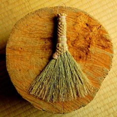 中津箒 【愛川町】弊社の箒は、明治時代より作られていたものを発展させました。   原料であるホウキモロコシを全て一貫した無農薬の自社生産をし、   製造を職人の手作りで行っている事で、柔らかくコシがあり、   耐久性のある箒を生産しております。 ...