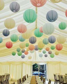 Pastel kleurige lampionnen. Leuke styling van je tent.  Lampionnen in tent. #pastel #lampion #paperlanterns #aankleding #paperlanterns #party #trouwinspiratie #trouwen #marriage #wedding #weddingideas #weddinginspiration #eventstyling #happy #design @lampionlampionnen.nl  Wedding Ideas Bruiloftsversiering  Licht groene, licht paarse, licht blauwe, licht oranje lampionnen Light green paper lantern, light  purple paper lantern  Papieren lantaarn Lanternes Diy