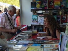 Ditar de Luna firmando su novela en la Feria del Libro de Madrid 2016. Madrid 2016, Pinball, Signs, Novels, Author, Novelty Signs, Signage, Dishes, Sign