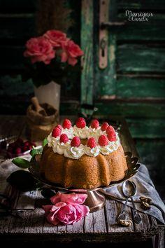 Cornmeal and nuts sponge cake Amazing Food Photography, Cake Photography, Bunt Cakes, Cupcake Cakes, Chocolat Cake, Glaze For Cake, Savarin, Walnut Cake, Classic Cake