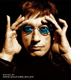 Peerin at u from outta them blue shades #RobinGibb #BeeGees