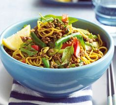 Stir-fried curried beef with noodles and basil - Healthy Food Guide Veggie Recipes Healthy, Healthy Foods To Eat, Healthy Eating, Savoury Recipes, Beef And Noodles, Egg Noodles, Bacon On The Grill, Beef Stir Fry, Roast Pumpkin