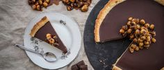 Fast food / vegan chocolate tart with tahini - mad . Vegan Sweets, Vegan Desserts, Delicious Desserts, Vegan Recipes, Pumpkin Roll Cake, Cake Roll Recipes, Poached Pears, Rolls Recipe, Tahini