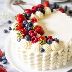This Berry Chantilly Cake is dangerously delicious and addictive. Chantilly Cake Recipe, Berry Chantilly Cake, Chantilly Cream, Cupcakes, Whole Food Recipes, Cake Recipes, Dessert Crepes, Cake Toppings, Cream Cake