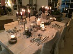 Voici la jolie table de mon amie Agnès. Une ambiance toute douce avec bougies dans des photophores et des chandeliers autour d'une guirlande végétale.Les serviettes de table de couleur