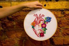 Marcela Ghirardelli: entre bordados e ilustrações, a artista fala sobre seu trabalho feminino, flora e cores. Recheada por delicadezas criativas, a artista brasileira Marcela Ghirardelli mostra seu trabalho e fala sobre suas aquarelas, ilustrações e bordados.