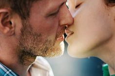 How to Be a Good Kisser – 10 Tips From Scientific Research (read the related links too: how science can make your more attractive, etc. Tantra, Ayurveda, Couple S'embrassant, Couple Kissing, Beard Burn, Kissing Facts, Good Kisser, Libido, Sex And Love