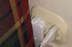 NÆRMERE OG TRYGGERE: Det flate støpselet gjør at sofaen kommer nærmere veggen, og beskytter ledningen. Har man mer moderne, innfelte kontakter blir det enda bedre. (Foto: BRYNJULF BLIX) Bathtub, Home Appliances, Iron, Sofa, Modern, Standing Bath, House Appliances, Bathtubs, Settee
