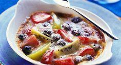 Gratin de fruits de saison Weight Watchers, une recette d'un dessert fruité, simple et raffiné, facile à réaliser chez vous. Dessert Simple, Kiwi, Dessert Aux Fruits, Eat Smarter, Cheeseburger Chowder, Waffles, Oatmeal, Soup, Breakfast