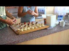 Ovocné knedlíčky - recept na kysnuté knedlíčky s tvarohom a ovocím - VIDEO Ako…