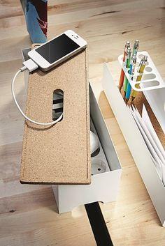 Laad je mobiel en je mp3-speler op en verberg de laders en snoeren onder de deksel van het KVISSLE laadstation. #IKEA