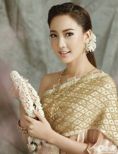 [Pics] แม่หญิงแต้ว ณฐพร ณ ปก We Magazine.•*´¨`*•.¸¸.•*´¨`*•โฉมใดเหล่า จะสวยเท่าโฉมนางใน...วรรณคดีไทย - Pantip Thailand National Costume, Thailand Costume, Traditional Outfits, Thai Traditional Dress, Traditional Wedding Dresses, Khmer Wedding, Thai Wedding Dress, Wedding Attire, Wedding Hair
