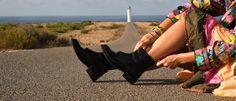 Marca portuguesa de calçado vegan, produz sapatos, sandálias, ténis, botas, botins utilizando cortiça, microfibras ecológicas, folha de ananás e  PET