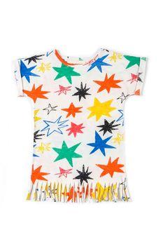 """Οργανικό φόρεμαHoshi,σε φαρδιά γραμμή με κρόσια στο τέλος.  Είναι λευκό με τυπωμένα ασύμετρα χρωματιστά αστέρια.  Από την καλοκαιρινή συλλογή """"Kiyoko in Hanoi"""" της Nadadelazos.  Κατάλληλο για παραλία και όχι μόνο!  Κατασκευή: Ινδία  100% οργανικό βαμ"""
