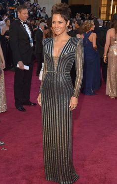 Halle Berry le pidió a Donatella Versace que imaginara un traje para una 'chica Bond'. La actriz ha sido la encaraga de presentar el homenaje musical a 007. Su vestido ha despertado críticas positivas -aunque no unánimes- por su apuesta metálico-futurista.  LESTER COHEN (WIREIMAGE)