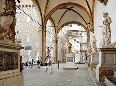 La Loggia des Lanzi ou Loggia de la Seigneurie, est un édifice de type loggia situé sur la Piazza della Signoria à Florence, en Italie