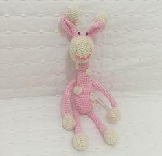 Girafa em crochê com 26 cm de comprimento
