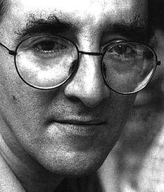 Roberto Bolaño (1953-1993) escritor y poeta chileno, Autor de Los detectives salvajes y la póstuma 2666, entre otras. Luego de su muerte se ha convertido en uno de los escritores más influyentes en lengua española, como lo demuestran las numerosas publicaciones consagradas a su obra y el hecho de que tres novelas figuren en los 15 primeros lugares de la lista confeccionada en 2007 con los mejores 100 libros en lengua castellana de los últimos 25 años.