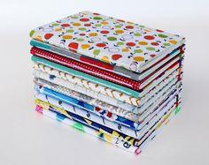 libretas multicolores Costura expuesta y tapas duras – cartón de 1mm entelado – guardas artesanales de Entrerizomas. – 50 hojas lisas color ahuesado de 80grs – tamaño A6 (15 x 21cm) – elástico