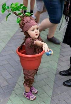 Time to take out those crafting materials! In this article, you'll find a list of ideas and suggestions for the perfect DIY Halloween costume for your baby. Diy Baby Costumes, Diy Halloween Costumes For Kids, Toddler Halloween, Carnival Costumes, Pirate Costumes, Halloween College, Halloween Makeup, Costume Ideas, Children Costumes