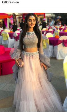 indian wedding dress with veil Indian Wedding Gowns, Indian Bridal Outfits, Indian Gowns Dresses, Indian Designer Outfits, Indian Wedding Clothes, Wedding Dresses, Dresses Uk, Moda Indiana, Lehnga Dress